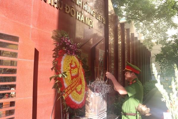 Đại tá Hà Mạnh Hùng, Trưởng CAQ Hoàn Kiếm cùng CBCS của đơn vị đặt vòng hoa, dâng hương tưởng nhớ, tri ân các anh hùng liệt sỹ Công an Thủ đô