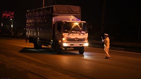 CSGT toàn quốc thực hiện tổng kiểm tra kiểm soát phương tiện nhất là xe khách, xe tải vào ban đêm phòng ngừa tai nạn và vận chuyển hàng lậu dịp Covid-19