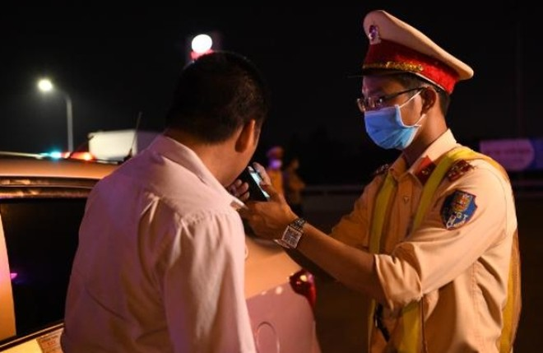 Lực lượng CSGT tăng cường kiểm tra phát hiện các lái xe vi phạm nồng độ cồn