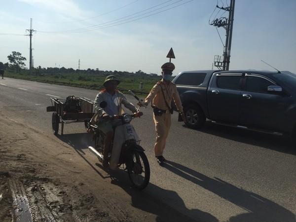 Xe máy kiêm luôn xe kéo cải tiến chở hàng cũng bất chấp quy định an toàn bát nháo trên đường liên xã, liên huyện Đông Anh, Sóc Sơn