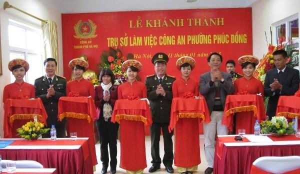 Đại tá Đoàn Ngọc Hùng - Phó Giám đốc CATP Hà Nội cùng đại biểu cắt băng khánh thành trụ sở làm việc của CAP Phúc Đồng