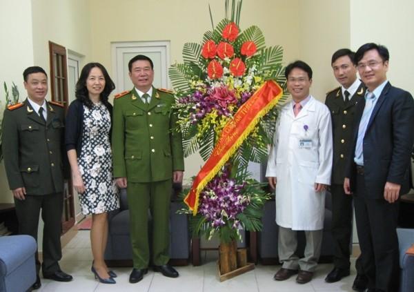 Thiếu tướng, Phó Giám đốc CATP Hà Nội - Đinh Văn Toản chúc mừng trước kết quả, nỗ lực, cố gắng của đội ngũ y, bác sỹ Bệnh viện Đa khoa Đống Đa