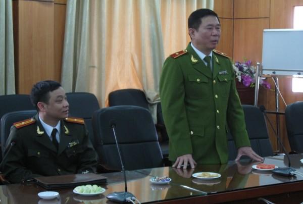 Thiếu tướng Đinh Văn Toản nói chuyện thân mật với các thầy thuốc tại Bệnh viện Đại học Y Hà Nội