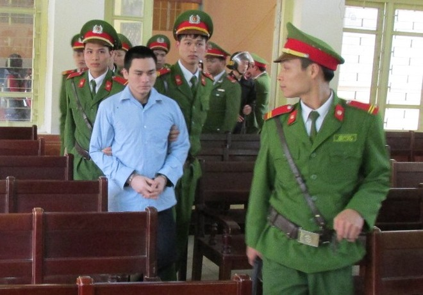 Lý Nguyễn Chung được dẫn giải vào hội trường xét xử