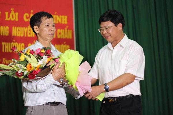 Đại diện TAND Tối cao tặng hoa ông Nguyễn Thanh Chấn
