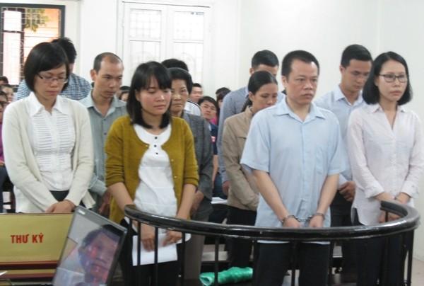 Vợ chồng Nguyễn Hoàng Long, Chủ tịch Tập đoàn Vina Megasta (bên phải) cùng các bị cáo liên quan tại tòa