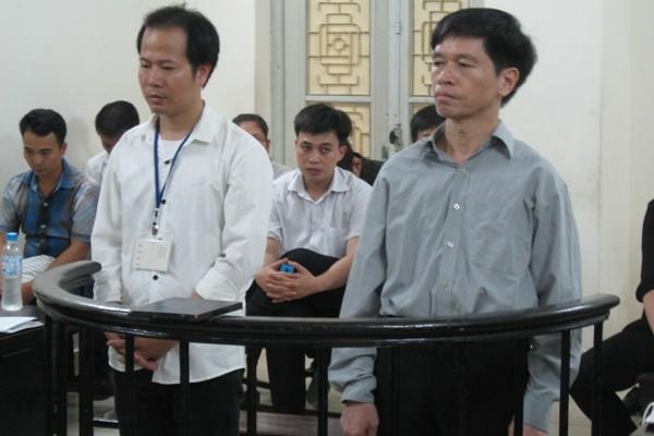 Cựu Trưởng phòng Tư pháp huyện Thường Tín Dương Văn Hải (bên phải ) cùng đồng phạm tại tòa