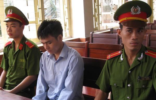 Trong lúc không bị thẩm vấn, Lý Nguyễn Chung được ngồi nghỉ, nhưng dưới sự quản thúc chặt chẽ của lượng lượng Cảnh sát dẫn giải