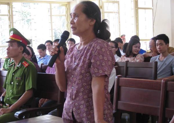 Bà Hoàng Thị Hội (mẹ đẻ nạn nhân) khai báo trước tòa về một số tình tiết vụ án và đề nghị được bồi thường 8 tỷ đồng.