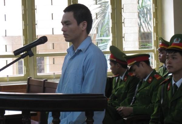 Trong khi đó, bị cáo Lý Nguyên Chung trước sau đều khẳng định chính là hung thủ sát hại chị Nguyễn Thị Hoan, ngày 15-8-2003.