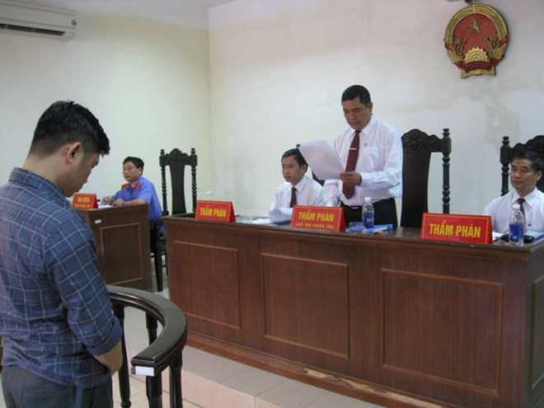 Thay mặt HĐXX phúc thẩm, Thẩm phán chủ tọa phiên xử công bố các quyết định phúc thẩm