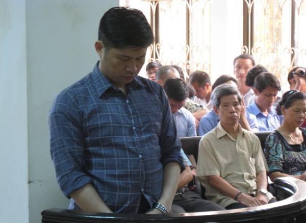 Chủ TMV Cát Tường - bị cáo Nguyễn Mạnh Tường đứng nghe tòa tuyên án