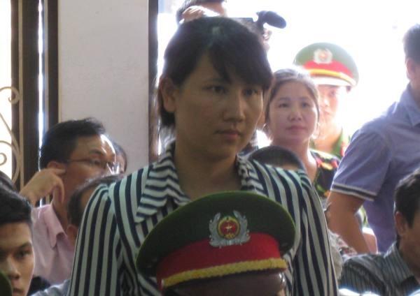 Cũng như chồng, kháng cáo của chị Nguyễn Thị Hằng (vợ Tường) về việc xin lại nửa chiếc ô tô tang vật cũng bị HĐXX bác bỏ.