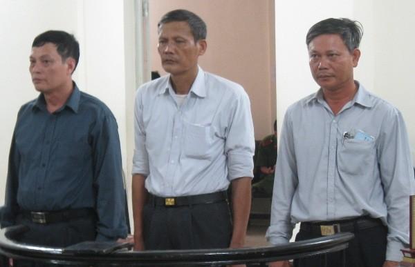 Cựu Bí thư Đảng ủy, cựu Chủ tịch UBND xã An Tiến - Đinh Thế Toàn (giữa) cùng đồng phạm