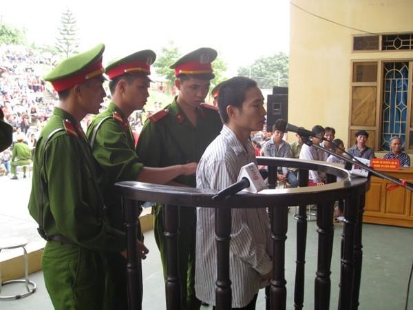 Hung thủ Đặng Văn Hùng với vẻ mặt lạnh te tại phiên xử