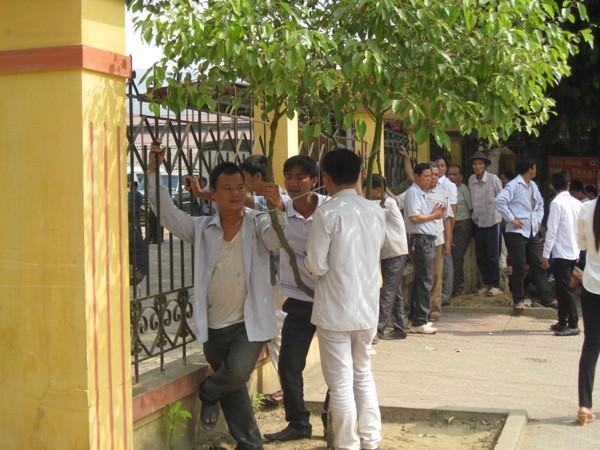 Bên ngoài Trung tâm Văn hóa - Thể thao - Thông tin huyện Văn Yên, nhiều người dân phải ghé sát hàng rào để theo dõi diễn biến phiên xử từ xa