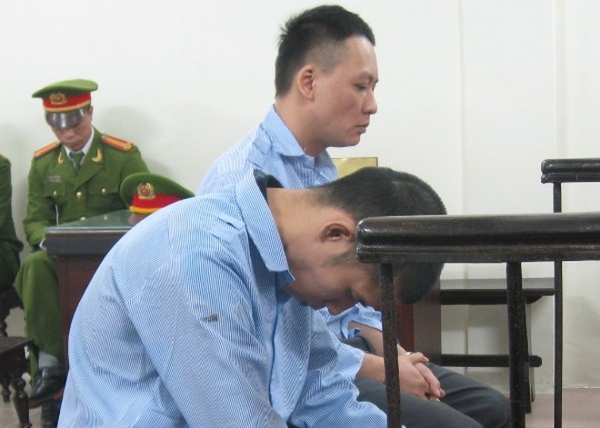 Trương Hoài Nam (ngồi thẳng) cùng đồng phạm tại phiên tòa ngày 30-11