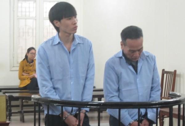 Gã giang hồ có vẻ mặt hiền lành Đàm Văn Chung (bên trái) cùng đồng bọn tại tòa