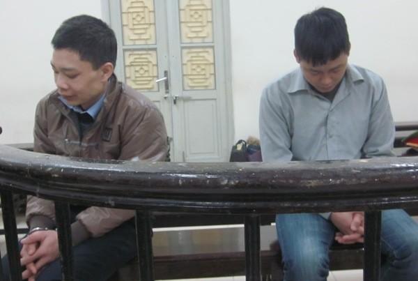 Đinh Xuân Hãnh (bên trái) cùng bị cáo liên quan tại phiên tòa