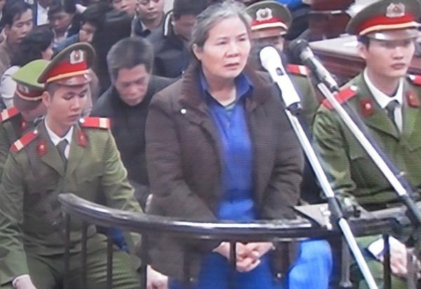 Trước tòa, Chử Thị Kim Hiền - cựu Phó giám đốc Agribank Nam Hà Nội bị tố tiếp tay cho ổ nhóm tội phạm người nước ngoài.