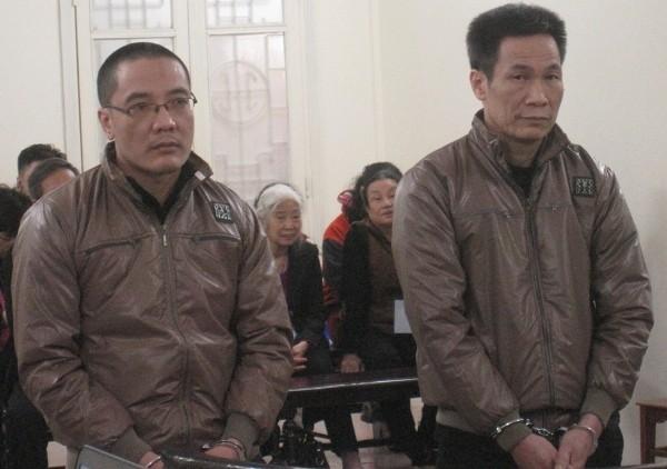 Giám đốc Công ty CP Cầu Vàng - Nguyễn Thế Hùng (bên trái) cùng đồng phạm tại tòa