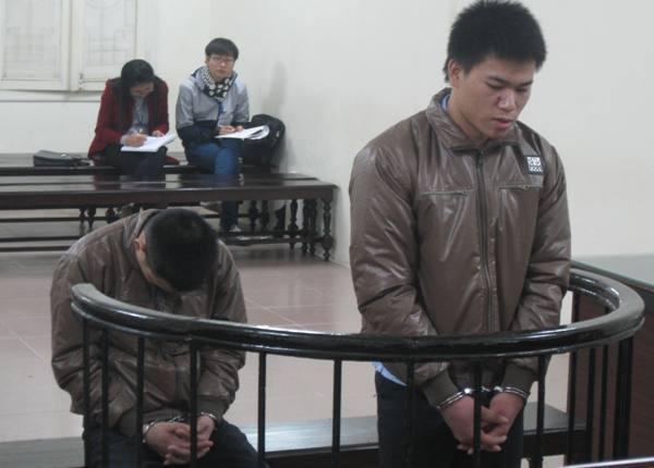 Nguyễn Linh Dương (bên trái) cùng bị cáo liên quan