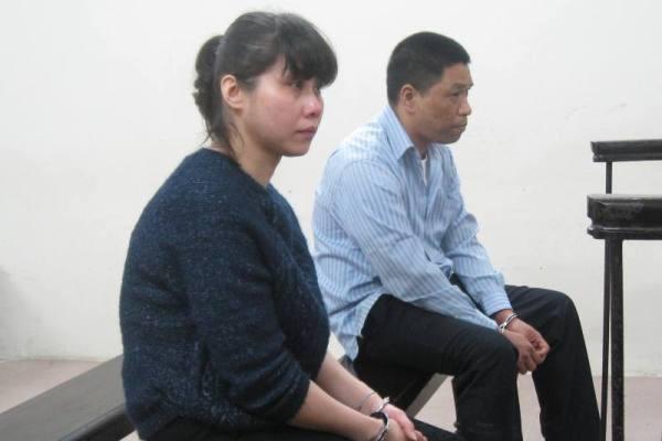 Nguyễn Tiến Long cùng bạn gái tại phiên tòa