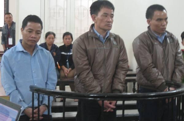 Trần Văn hùng (giữa) cùng đồng phạm tại phiên tòa