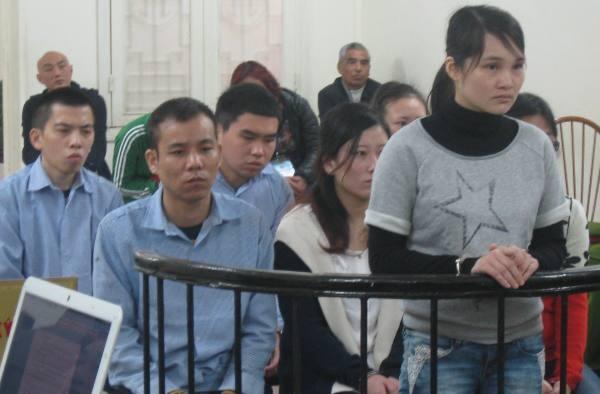 Ổ nhóm tội phạm người nước ngoài do Wang Hui (đứng) cầm đầu tại phiên tòa