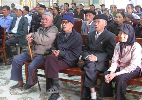 Gần trăm người dân xã Kim Nỗ, chủ yếu là người cao tuổi vui mừng trước buổi làm căn cước công dân mà không phải đi xa