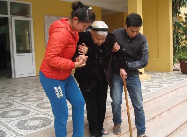 Chỉ sau ít phút làm thủ tục, cụ Hoàng Thị Luật (94 tuổi, mẹ liệt sỹ) đã được con cháu đưa về
