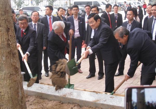 Chủ tịch nước Trương Tấn Sang trồng cây lưu niệm tại Học viện Tòa án