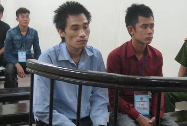 Nguyễn Văn Toàn (bên trái) cùng bị cáo liên quan tại phiên tòa