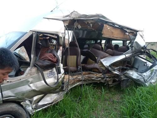 Chiếc ô tô 16 chỗ ngồi bị máy bơm bê tông đâm nát