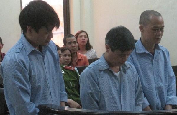 Hai anh em Nguyễn Khắc Bình (bên phải) tại phiên tòa phúc thẩm
