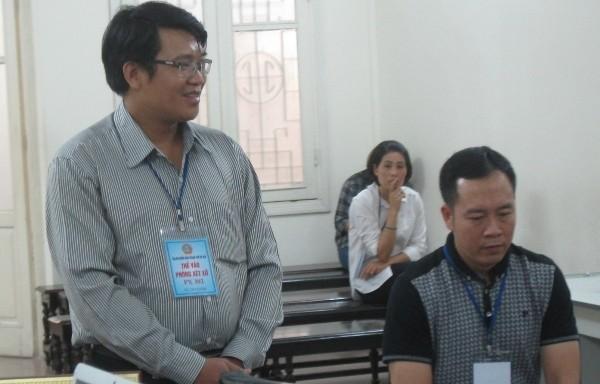 Bị cáo Nguyễn Văn Hưng (đứng) cùng đồng phạm tại phiên tòa