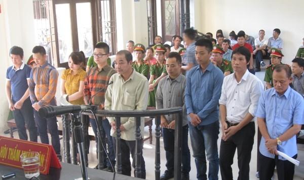 """Trùm giang hồ Minh """"sâm"""" (ngoài cùng, bên phải) cùng các bị cáo liên quan tại tòa"""
