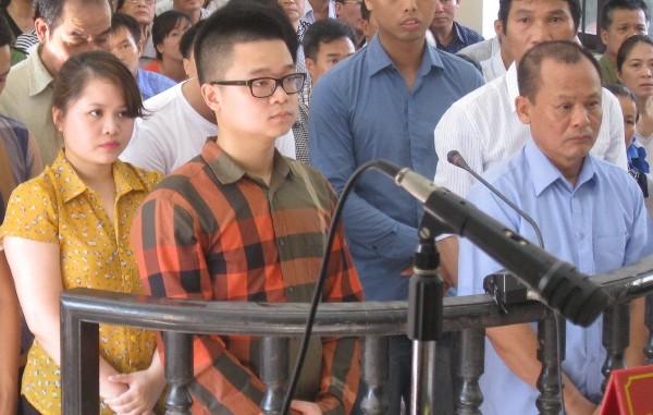 """Trùm giang hồ Minh """"sâm"""" (ngoài cùng, bên phải) cùng con gái và con rể tại phiên tòa"""