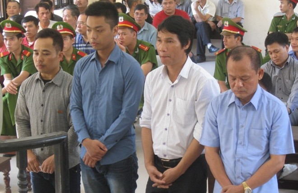 """Trùm giang hồ Minh """"sâm"""" (ngoài cùng, bên phải) cùng các bị cáo liên quan"""