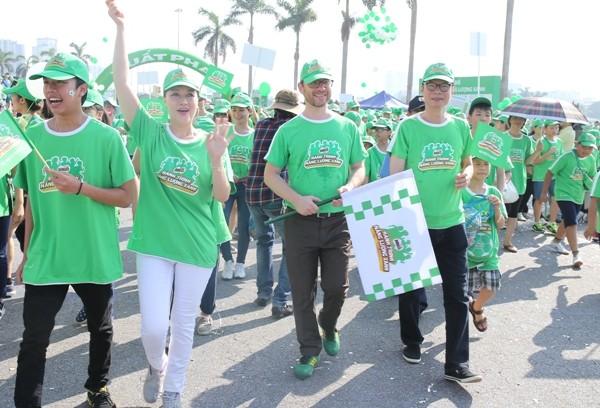 Đại diện nhãn hàng Milo dẫn đầu đoàn học sinh tiểu học đi bộ đồng hành tại