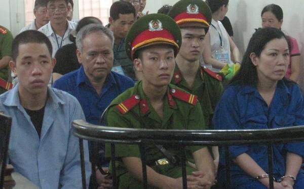 Cựu Kiểm sát viên (VKSND TP Hà Nội) - Trần Tiến Hưng (ngồi sau)