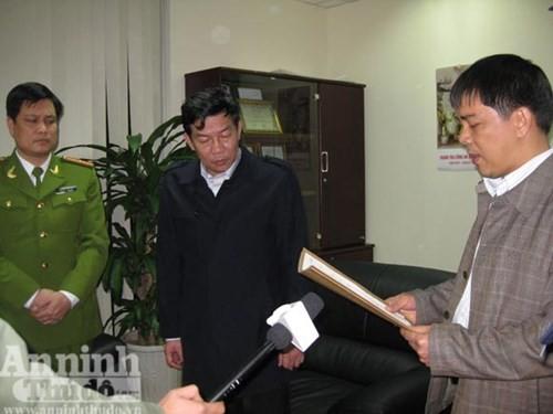 Lâm Phúc Hùng (giữa) khi bị cơ quan an công bố lệnh bắt giữ và khám xét