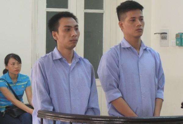 Đặng Văn Việt (bên phải) cùng đồng phạm tại phiên tòa