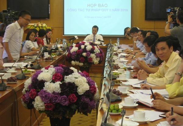 Thứ trưởng Bộ Tư pháp - Trần Tiến Dũng chủ trì cuộc họp báo