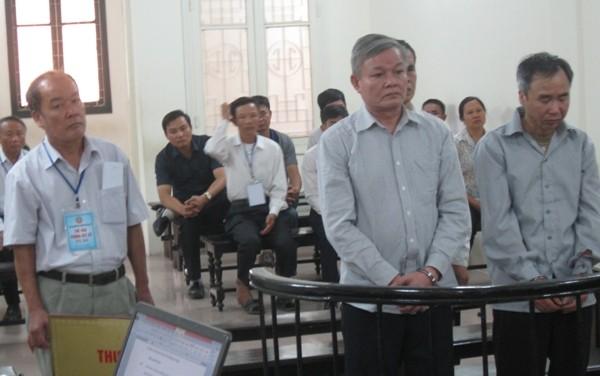 """Các cựu """"quan xã"""" xã Phương Tú bị đưa ra xét xử tại tòa án"""