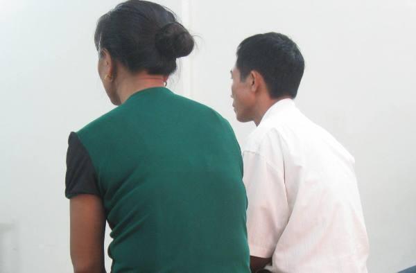 Ông Tạ văn P (bên phải) cùng người vợ tại phòng xử án