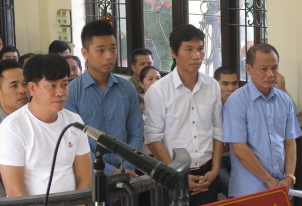 Nguyễn Ngọc Minh (tức Minh Sâm), ngoài cùng bên phải tại phiên tòa sơ thẩm