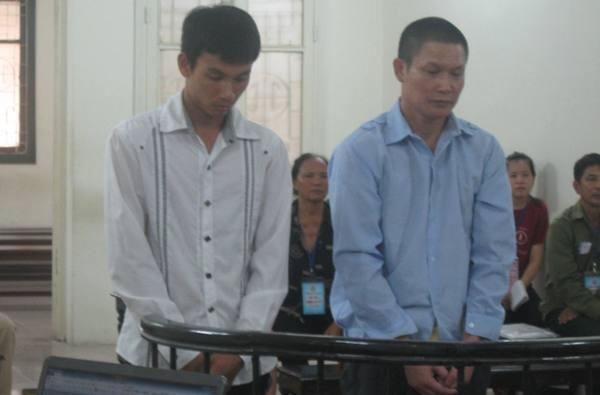 Giáp Quang Duyệt (bên phải) cùng bị cáo liên quan tại phiên tòa