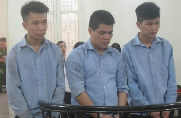 """Vẻ ngoài """"ẻo lả"""", song hành vi của Đỗ Văn Việt (ngoài cùng, bên phải)"""