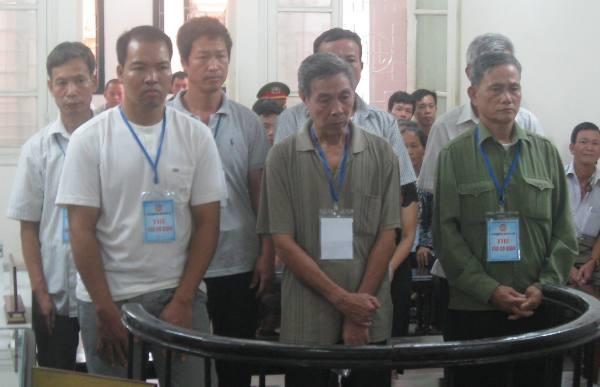 Các bị cáo trong vụ án đứng nghe tòa tuyên án
